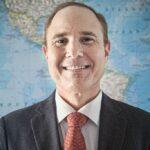Brasileiro precisa aprender sobre finanças antes de investir, diz especialista | Invest